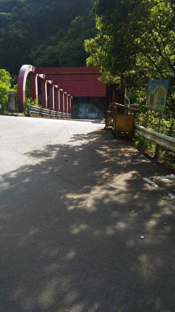 下山して駅付近まで歩くと橋が見える